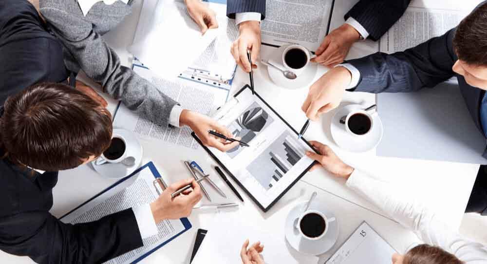 A estratégia competitiva, baseada em estudos de Michael Porter,pode aliviar  dificuldades nos negócios, desde que aplicada de modo efetivo no contexto atual.